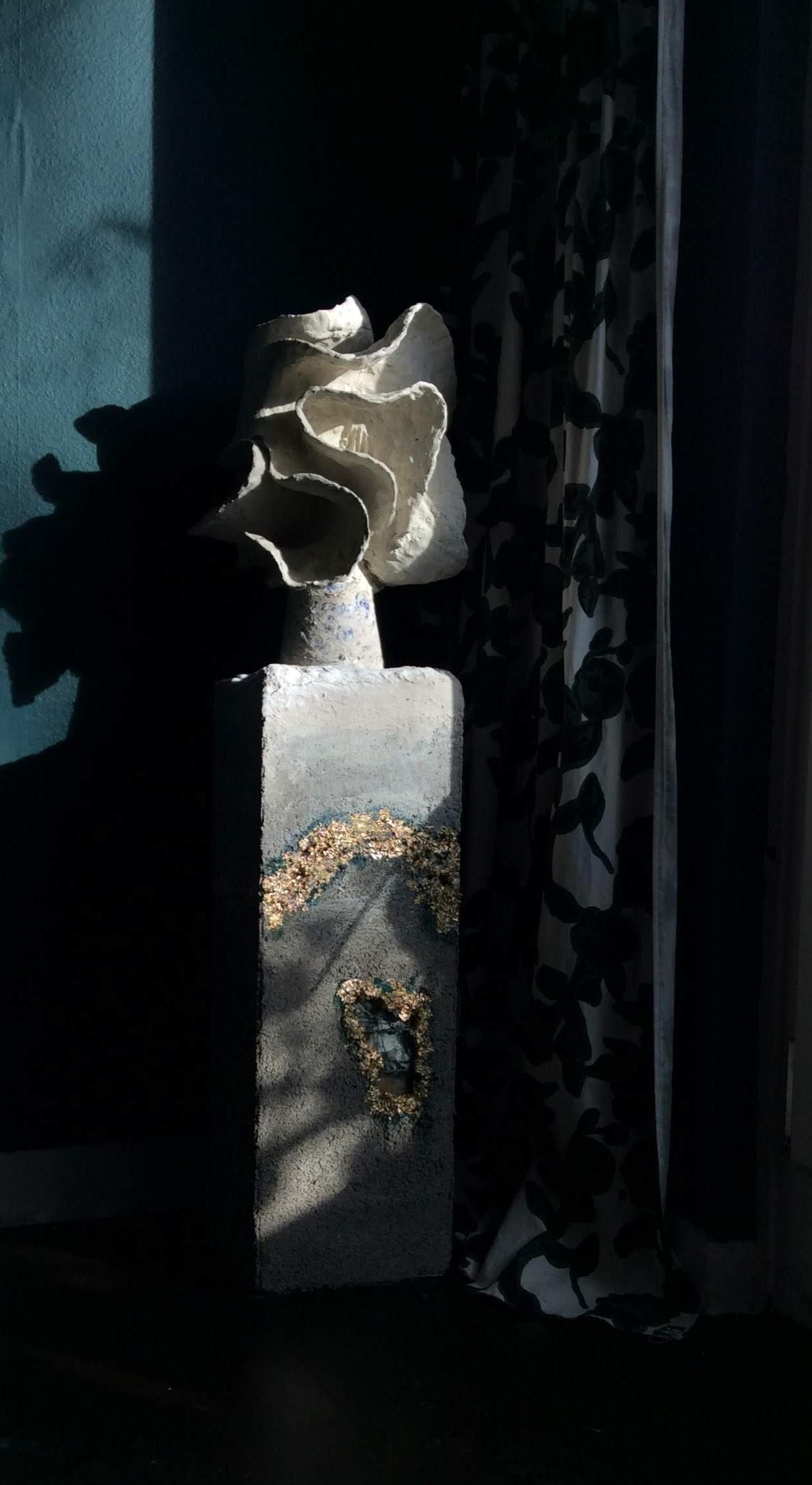 Säule mit Skulptur in Wohnzimmer