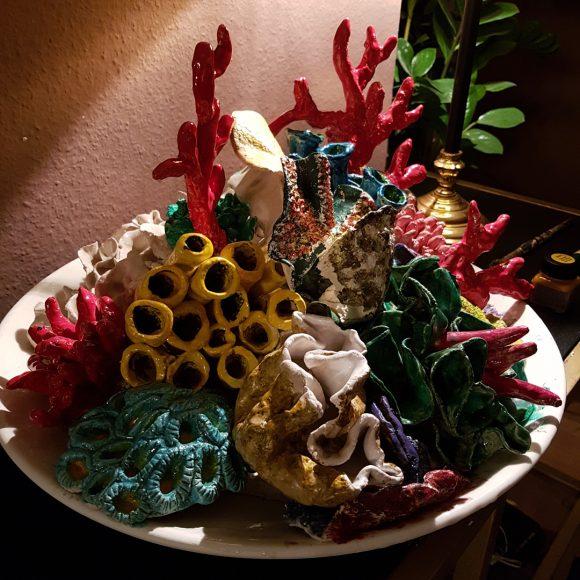 Keramik-Schüssel-mit-Korallen_blau-rot-gelb-grün_by_Ferdinand-Interior-Wien