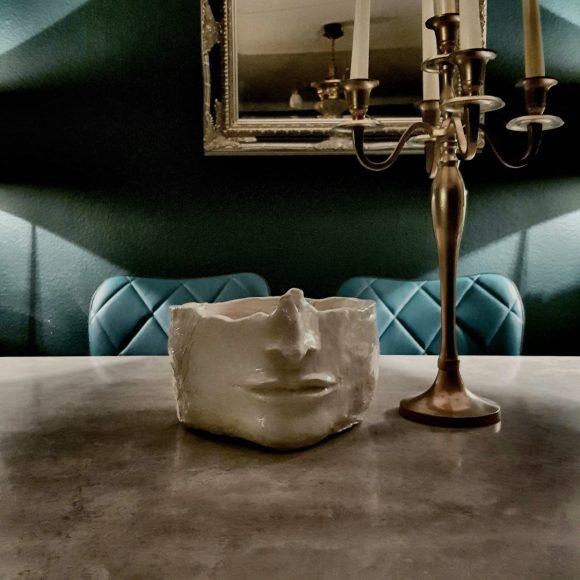 Keramik-Schüssel-weiß-Gesicht_by_Ferdinand-Interior-Wien