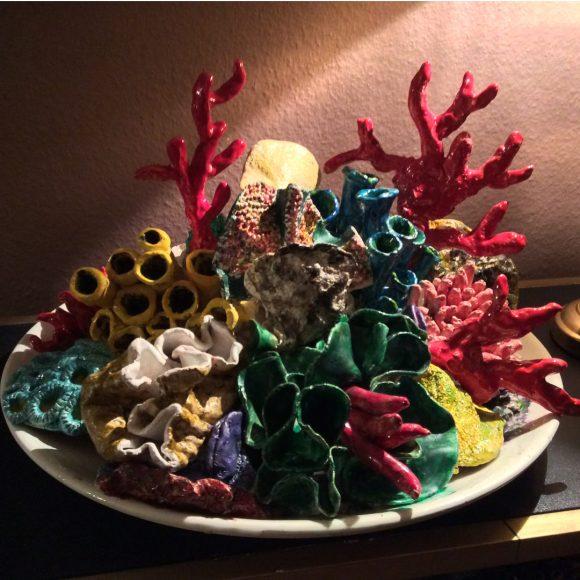 Keramik-Skulptur_Teller_Korallen_Rot_Blau_Grün_Gelb_by-Ferdinand-Interior-Wien