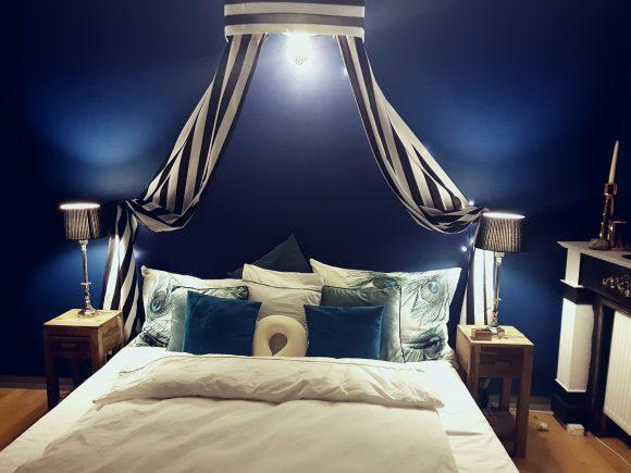 Schlafzimmer-Baldachin-Royalblau-by-Ferdinand-Interior-Wien