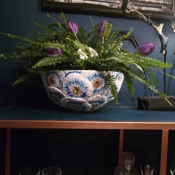 Vase-aus-Ton-floral_by-Ferdinand-Interior