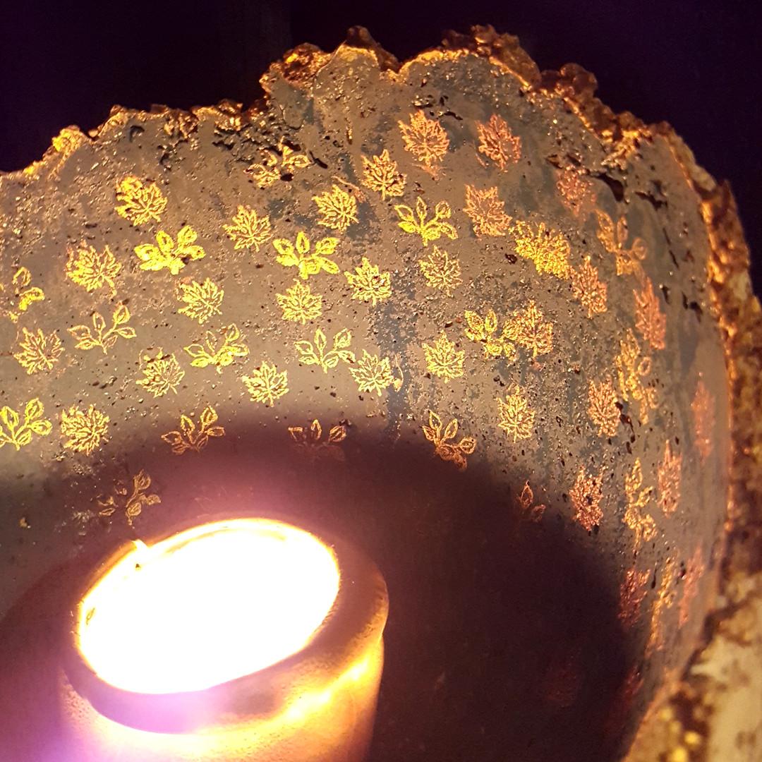 Handgefertigte Schale aus Ton mit Kerze