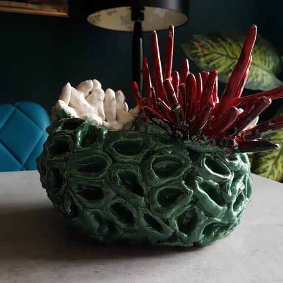 Vase_grün-weiß-rot_Koralle_Porzellan_Ceramics_Ferdinand-Interior-Wien_04