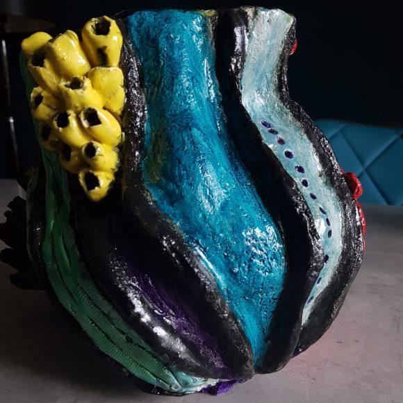 Vase_rot-blau-gelb_Koralle_Porzellan_Ceramics_Ferdinand-Interior-Wien_04