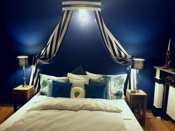 Wohnidee-Schlafzimmer-Royalblau mit Baldachin-by-Ferdinand-Interior-Wien