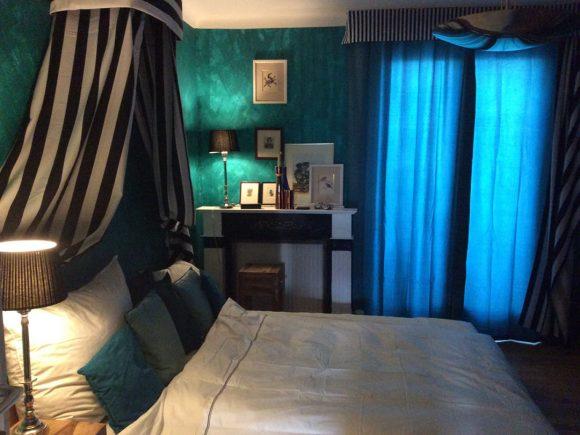 Wohnidee-Schlafzimmer-mit-Baldachin-Royalblau-by-Ferdinand-Interior-Wien