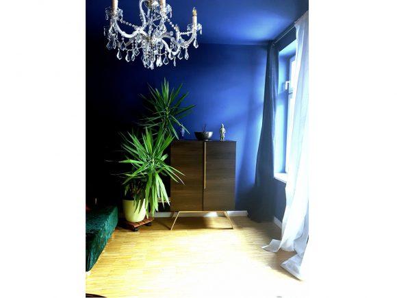 Wohnidee_Wohnzimmer_blaue-Wandfarbe_mit-Palme_und_Kronleuchter_und_Kommode_by_Ferdinand_Interior_Wien_03