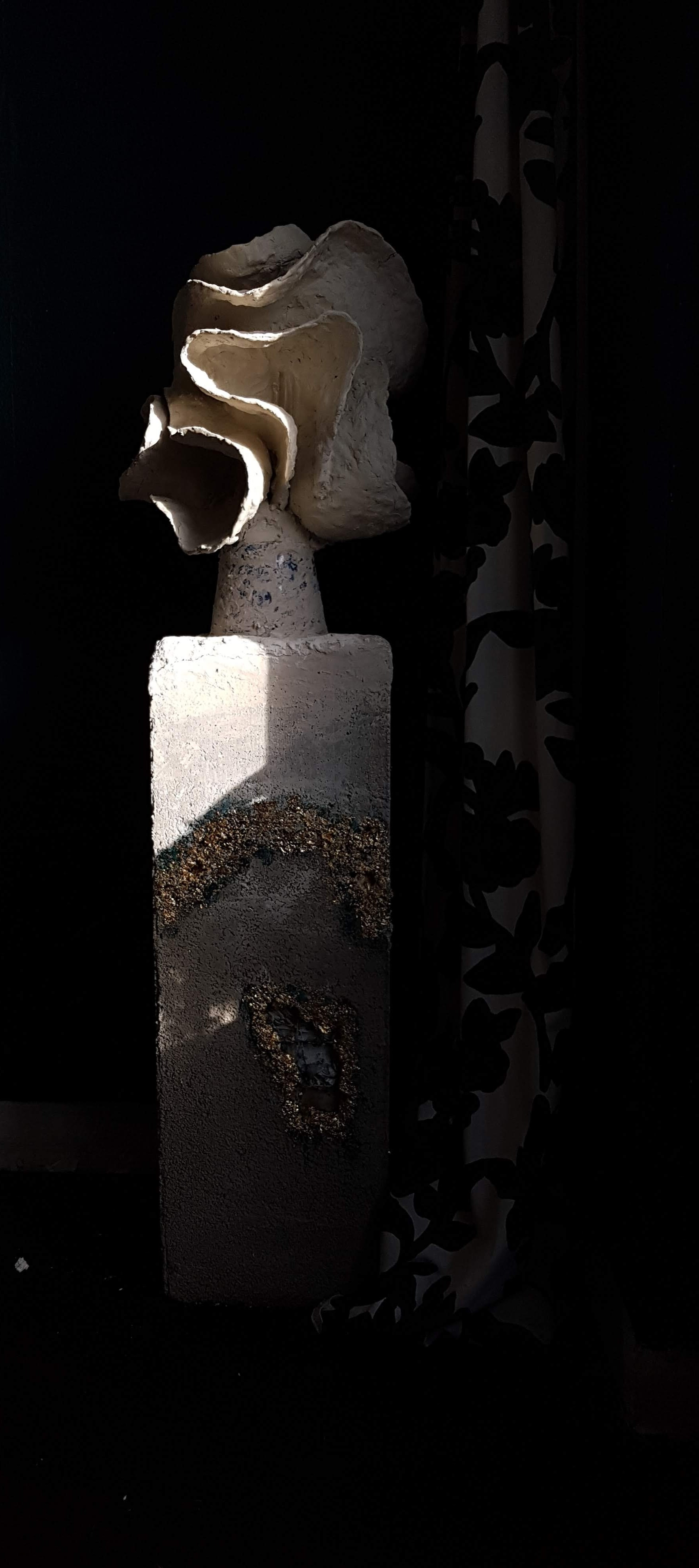 Säule mit Skulptur