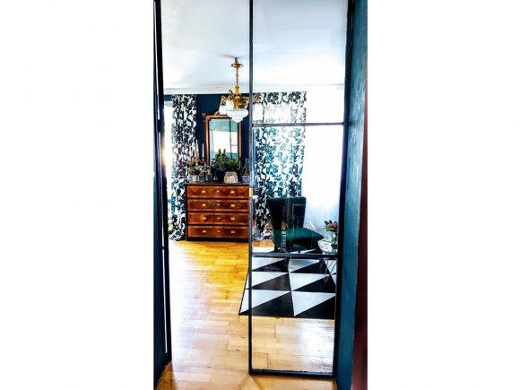 blick-ins-wohnzimmer-durch-türen-aus-glas-und-stahl-by-ferdinand-interior-wien