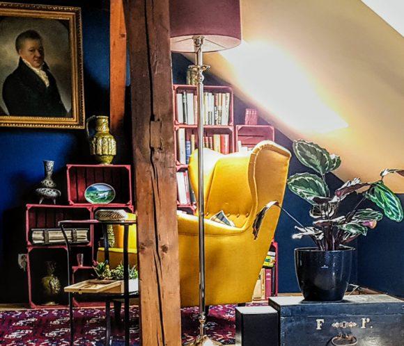Wohnidee Sitzecke mit gelbem Sessel italienisch