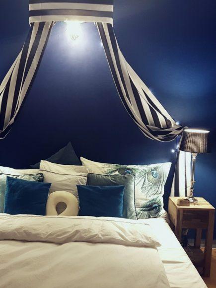 wohnidee-schlafzimmer-bett-baldachin-by-raumgestalter-ferdinand-interior