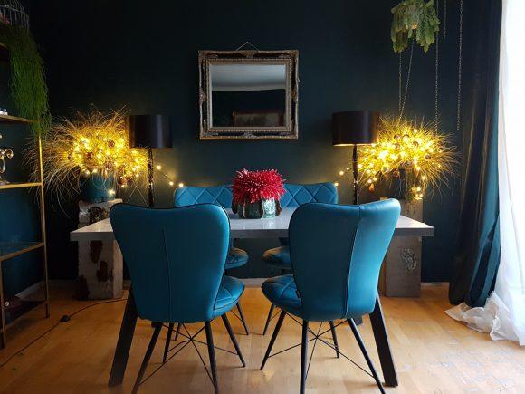 wohnideen_wohnzimmer-mit-esstisch-betonplatte-grünen-stühlen-betonsäulen-by-ferdinand-interior-wien